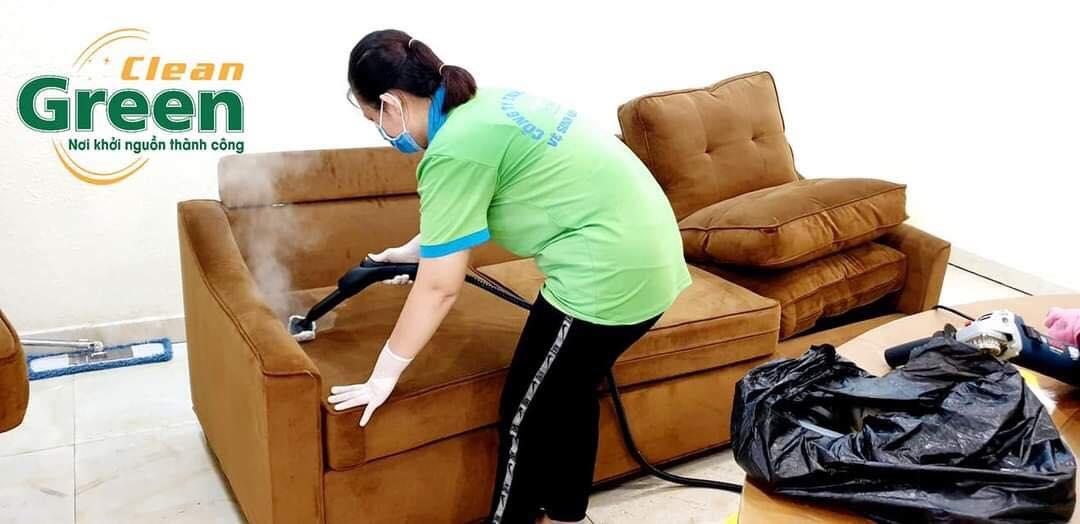 Bước 4: Hút nước và các chất bẩn khỏi ghế sofa