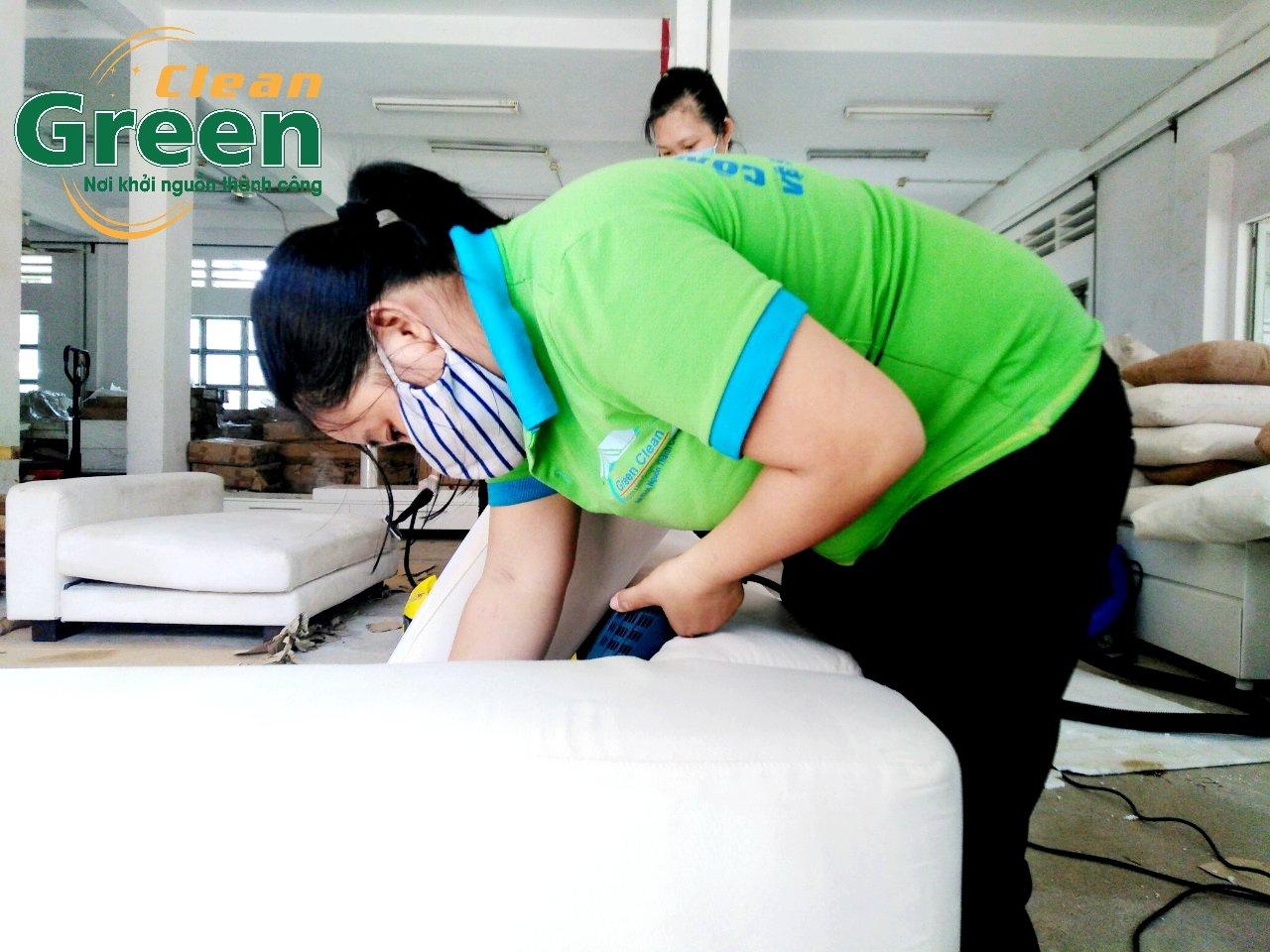 Dùng máy hút bụi hút sạch các bụi bẩn đã được khử sạch - quy trình giặt ghế sofa vải tại nhà