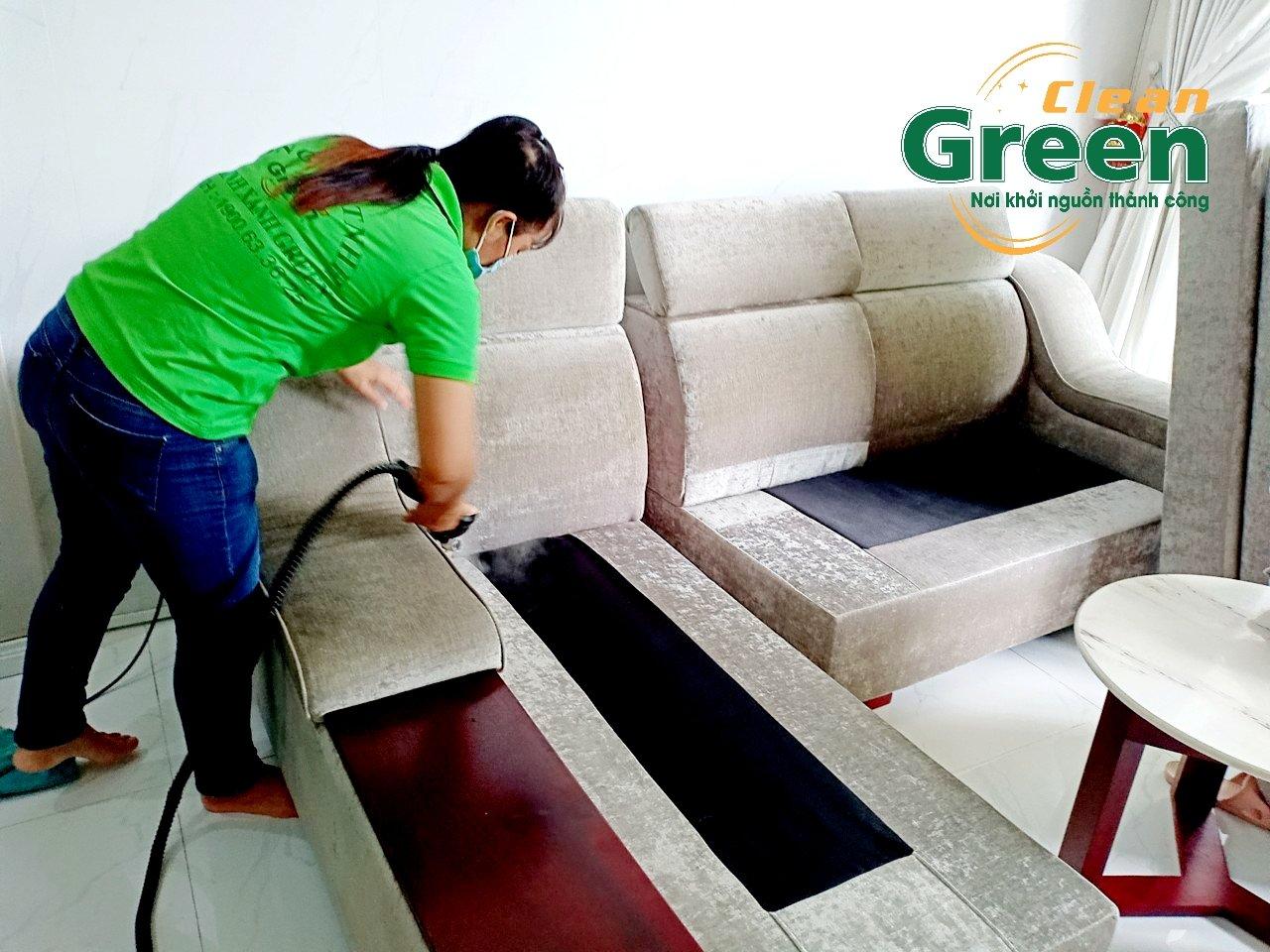 Dùng máy hút bụi hút những mảnh vụn hay bụi bẩn trên mặt ghế để giặt ghế sofa vải