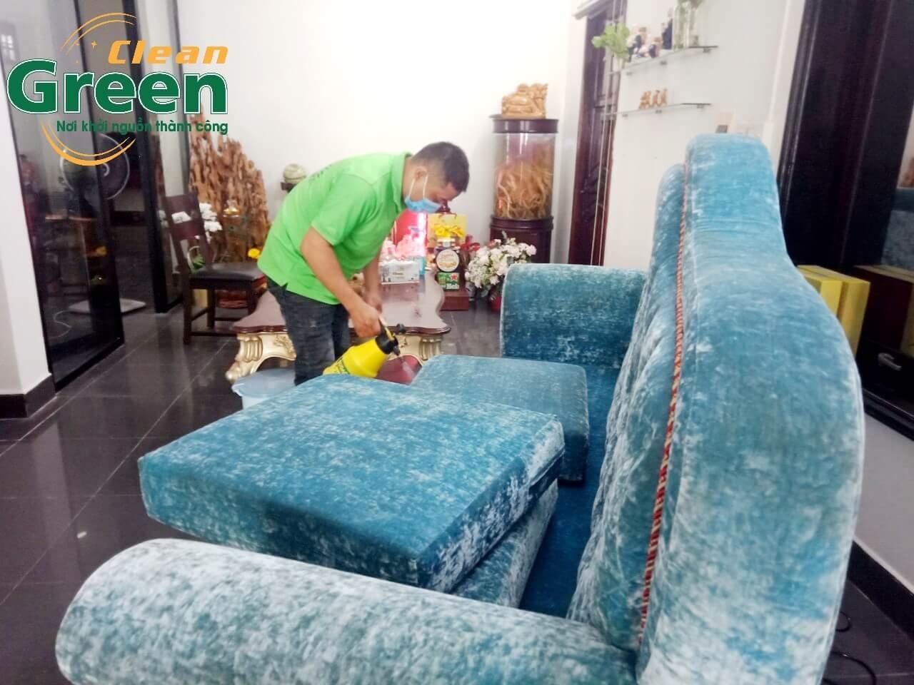 Phun dung dịch nước giặt lên bề mặt sofa - giặt ghế sofa vải tại nhà